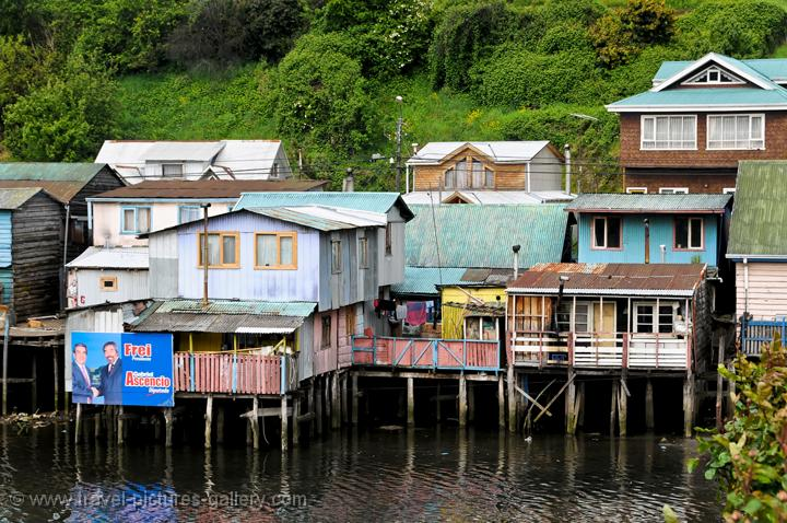 ... of Chile - Chiloe-0010 - Palafitos, shingled houses built on stilts: www.travel-pictures-gallery.com/chile/chiloe/chiloe-0010.html