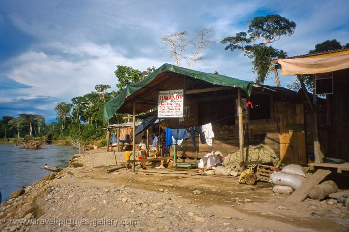 Pictures of Ecuador - Rio Napo - houses along the river bank in Santa ...: www.travel-pictures-gallery.com/ecuador/rio-napo/rio-napo-0014.html