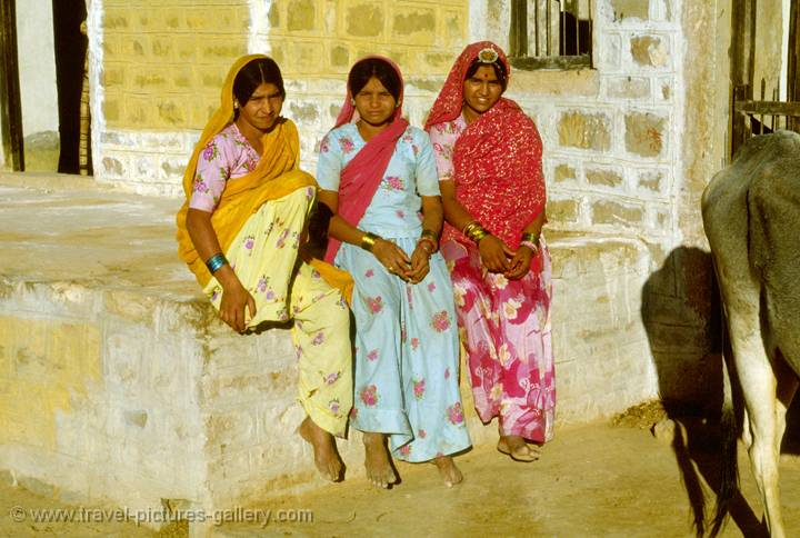 Pictures of People-0017 - Rajasthan girls, desert beauties, India: www.travel-pictures-gallery.com/imagepagepeop0017.html