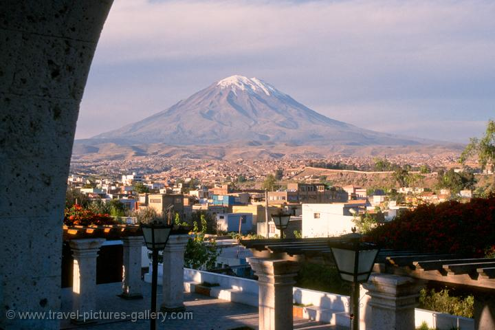 El Misti, a volcano, rises up to 5822m.